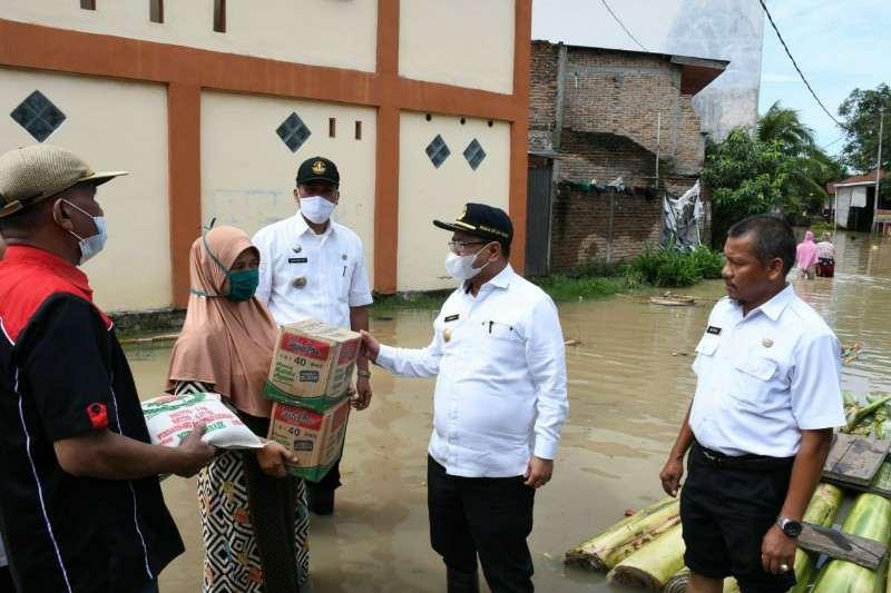 Pjs Bupati Sergai Tinjau dan Salurkan Bantuan Terdampak Bencana Banjir
