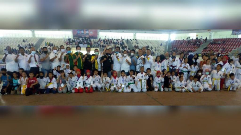 Atlet-atlet taekwondo pose bersama Ketua Umum KONI Kota Medan Drs Eddy H Sibarani, Kabid P2M BNNP Sumut Drs Adlin Mukhtar Tambunan, dan Ketua Pengkot TI Kota Medan H. Hamdani Syahputra SSos beserta jajaran pengurus.