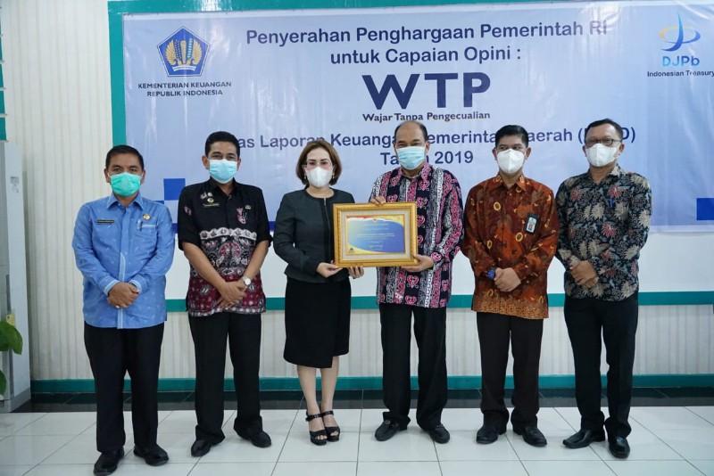 Wali Kota Tebingtinggi Ir. H. Umar Zunaidi Hasibuan, MM menerima Piagam Wajar Tanpa Pengeculian (WTP) atas pencapaian opini WTP yang diberikan langsung oleh Kabid PAPK Kanwil DJPB Provinsi Sumatera Utara