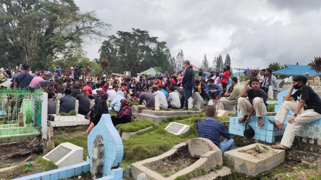 Isak Tangis Warnai Pemakaman Sang  Kepling Teladan