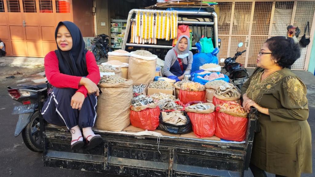 Dua wanita hebat yang terus berjuang menjajakan barang daganganya di badan jalan pasca terbakarnya kios mereka di pasar bertingkat berastagi