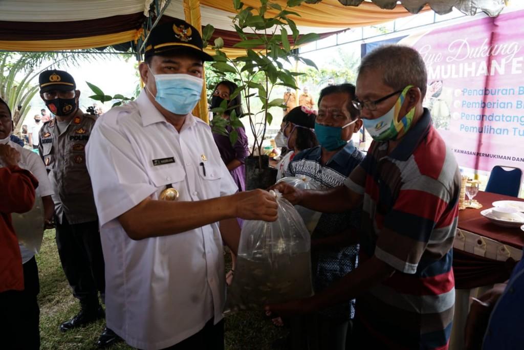 Wali Kota Tebingtinggi Ir. H. Umar Zunaidi Hasibuan, MM memberikan bantuan kepada pelaku usaha kota Tebingtinggi