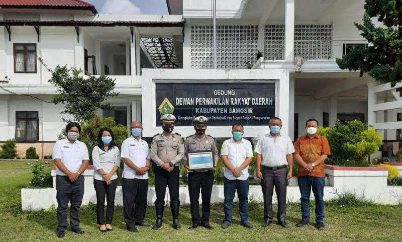 DPRD Samosir Beri Penghargaan Atas Keteladanan Brigadir Polisi Heri