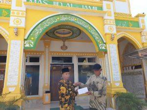 "Oday "" Siterjun Bebas "" serahkan bantuan ke Masjid Al Jamil di kelurahan Aek Habil"