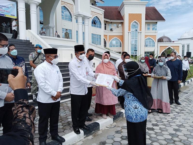Asisten III Sekda Aceh Serahkan SK Naik Pangkat dan Pensiunan 163 ASN Aceh Utara