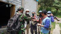 Di sela sela kesibukanya, Babinsa Bagikan Masker untuk Warga di Lokasi Pra TMMD