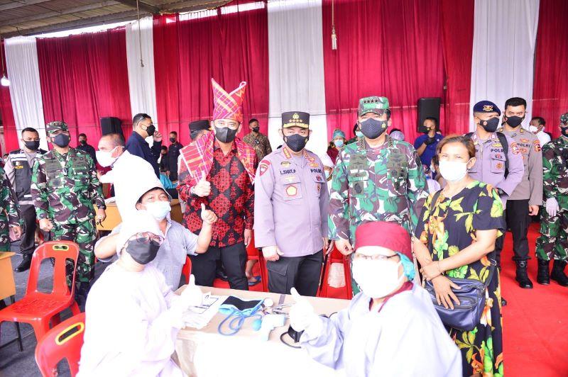 Wali Kota Medan Bersama Panglima TNI dan Kapolri Meninjau Vaksinasi Massal di Pasar Induk Lau Cih